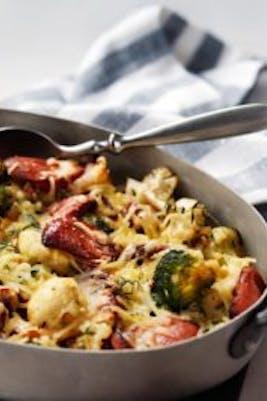Gratinado low carb de brócoli y coliflor con salchichas