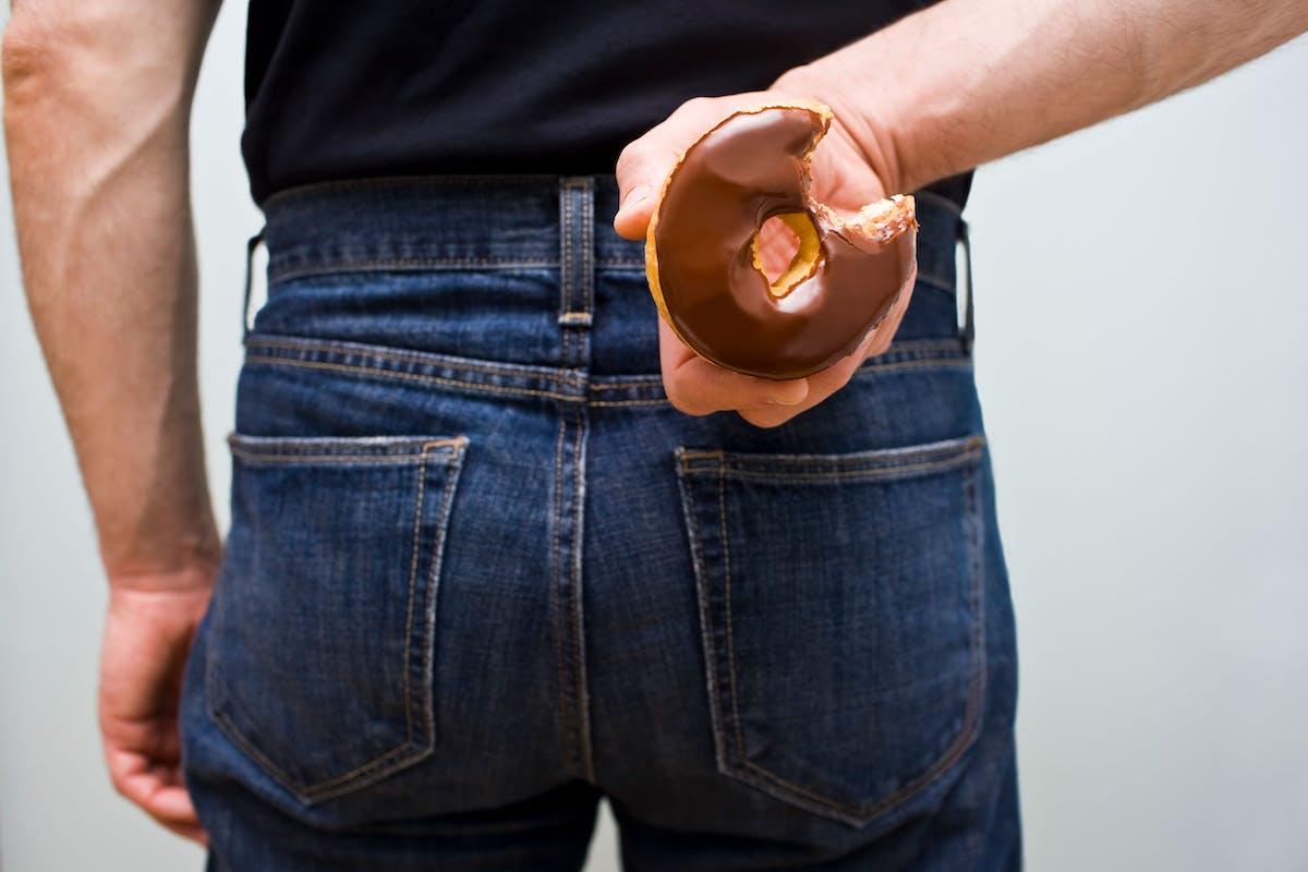 Hombre sujetando rosquilla
