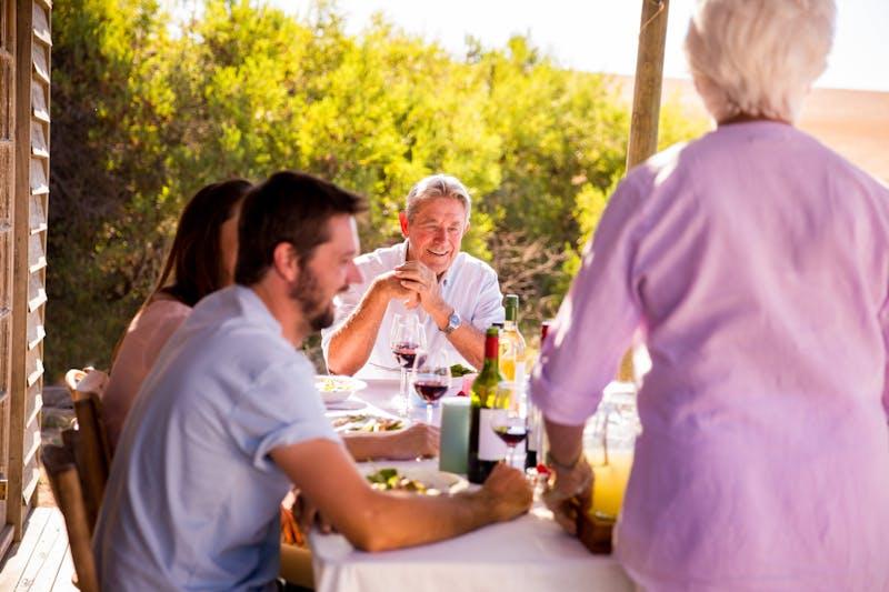 Familia almorzando juntos