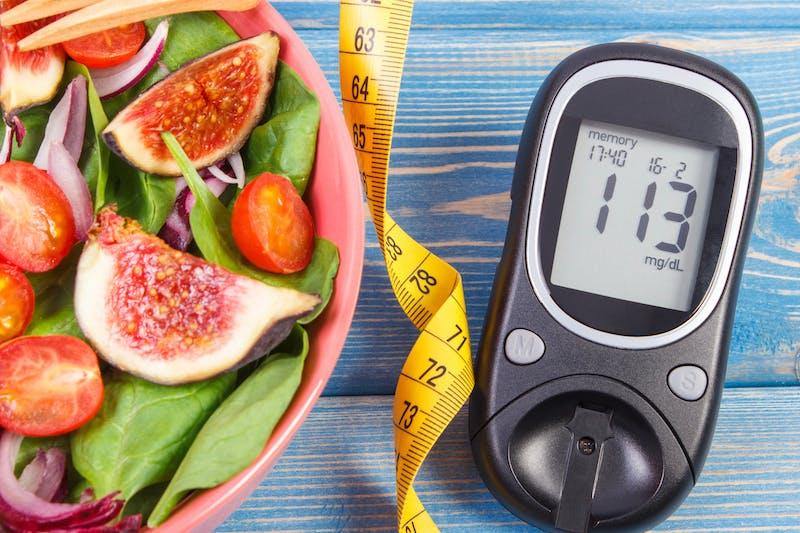 Ensalada de fruto y medidor de glucosa