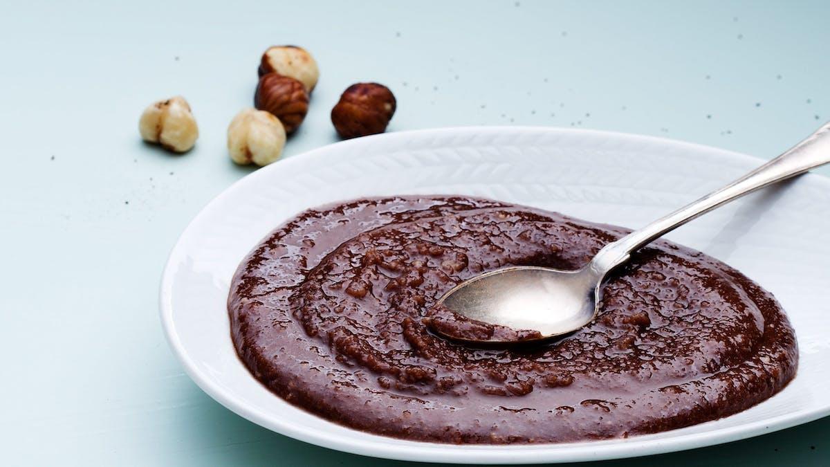 Crema keto de chocolate con avellanas