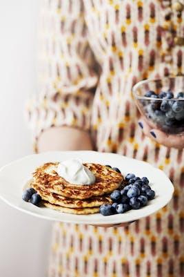 Panqueques keto con bayas y crema batida (Desayuno)