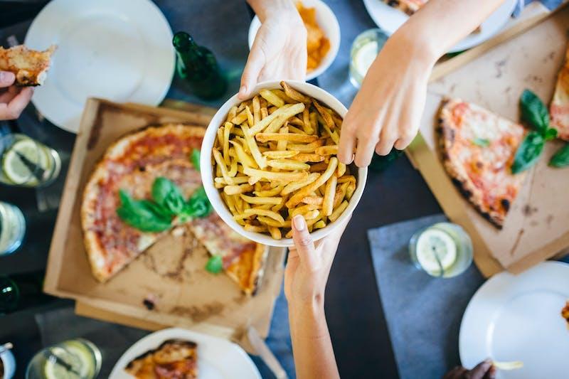 Papas fritas y pizza
