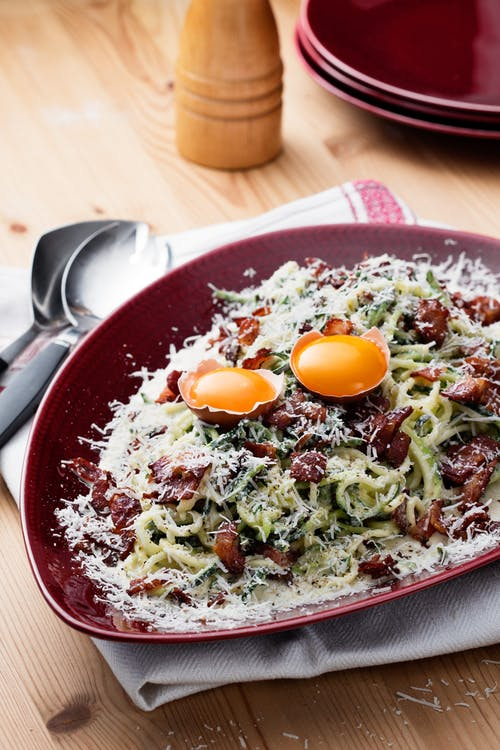 Deliciosa carbonara keto con espaguetis de calabacín