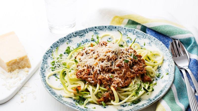 Espaguetis de calabacín bajos en carbos a la boloñesa