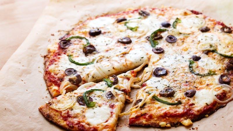 Pizza de coliflor baja en carbohidratos con pimientos verdes y aceitunas