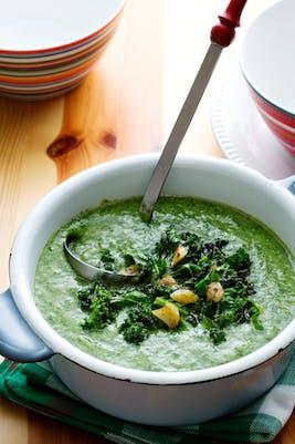 Sopa vegana de col rizada y espinacas