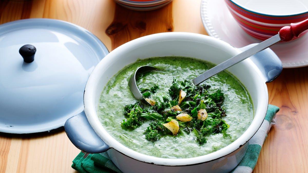 Sopa low carb vegana de col rizada y espinacas