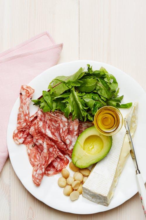 Plato keto de salami y queso brie