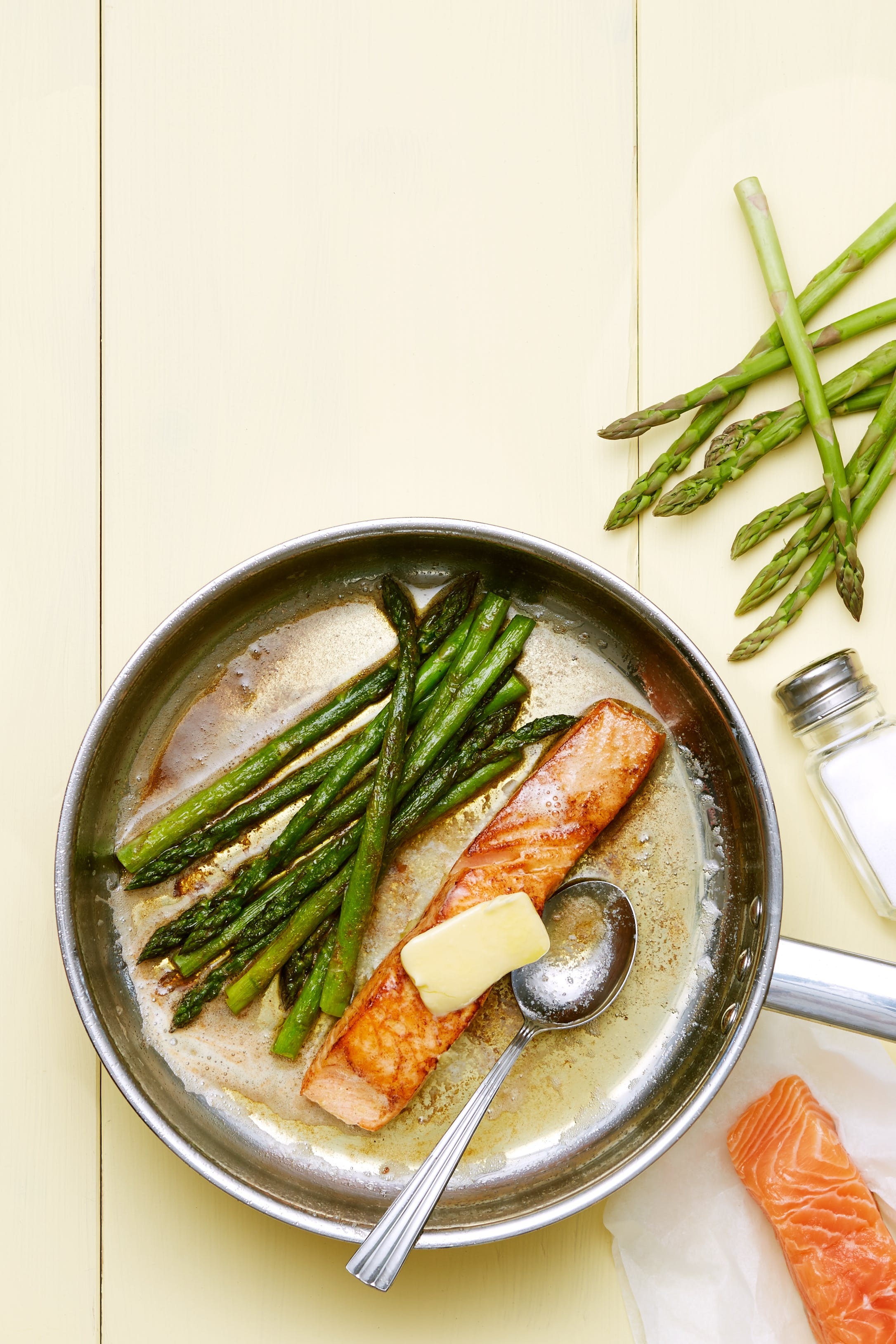 Salmón frito keto con espárragos