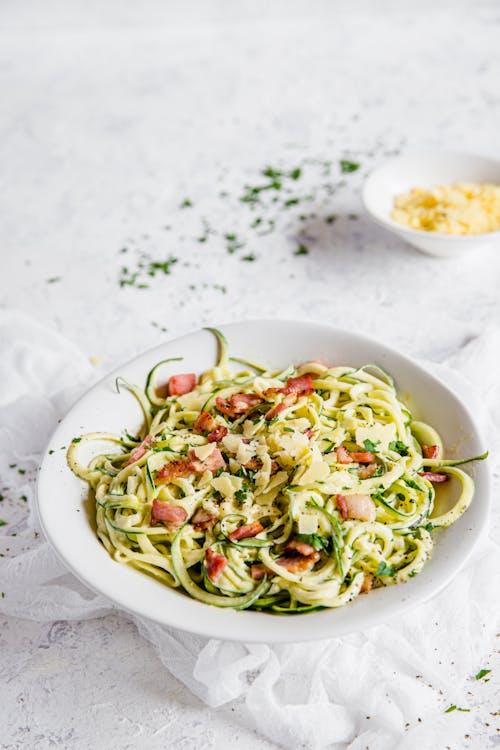 Carbonara keto con espaguetis de calabacín
