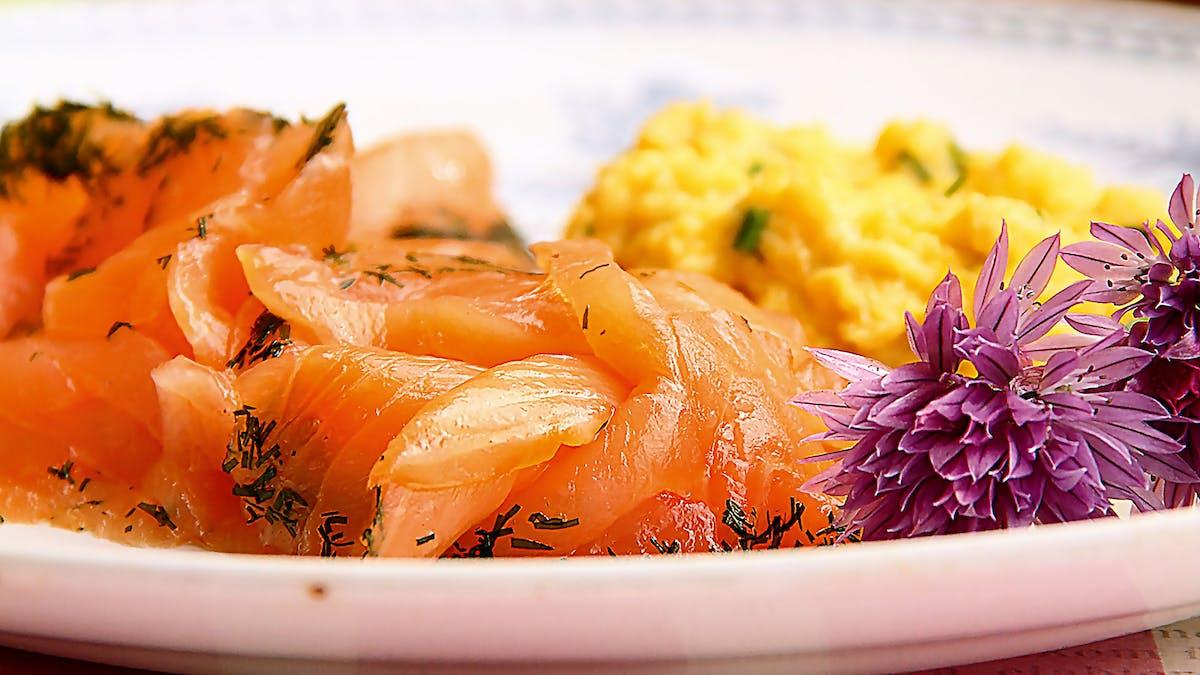 Salmón curado keto con huevos revueltos y cebollinos