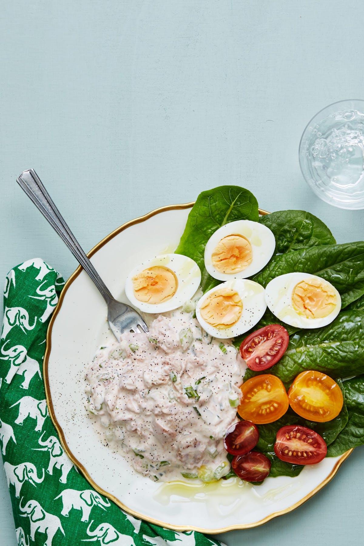 Ensalada keto de atún con huevos escalfados