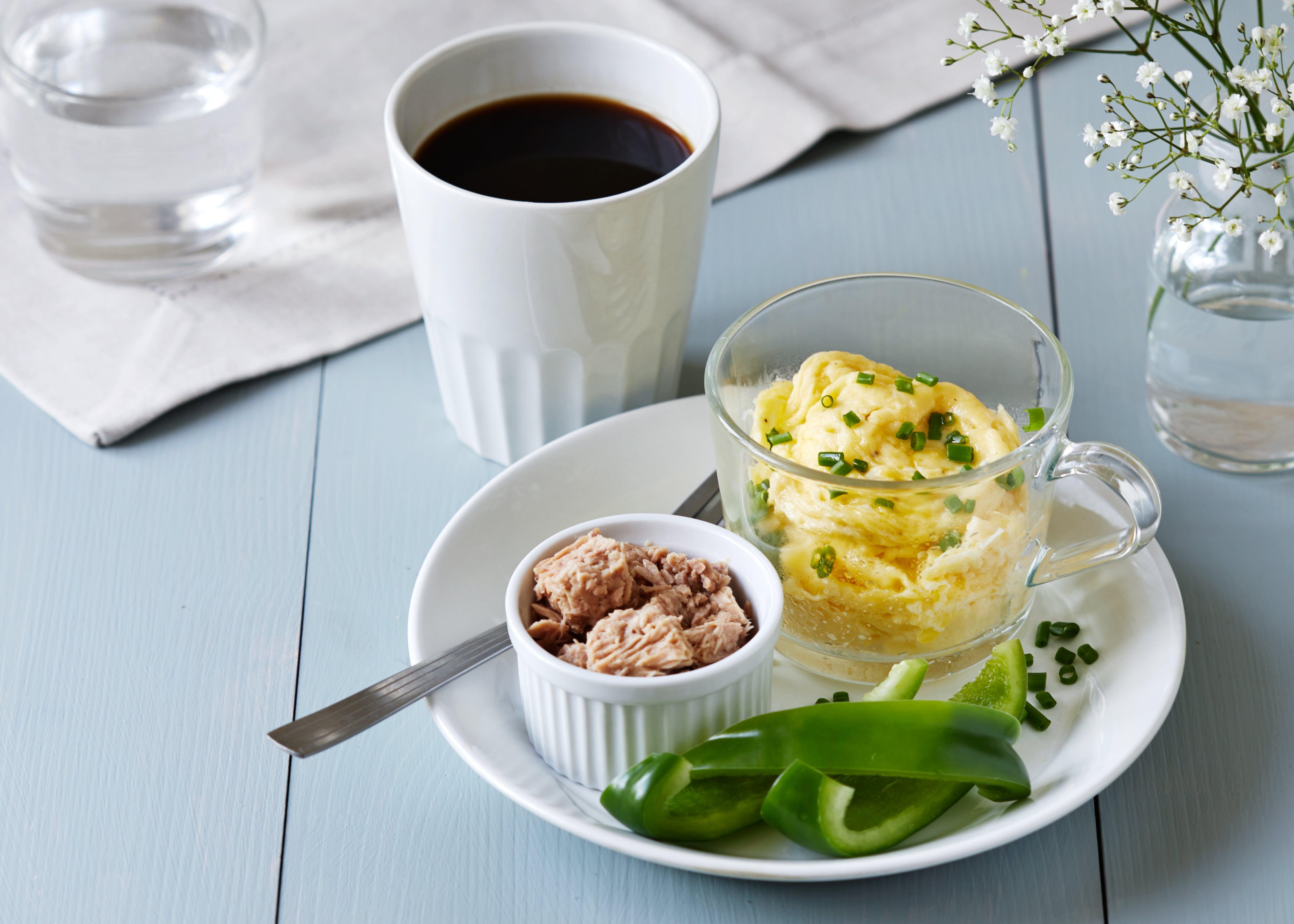 Huevos revueltos en una taza