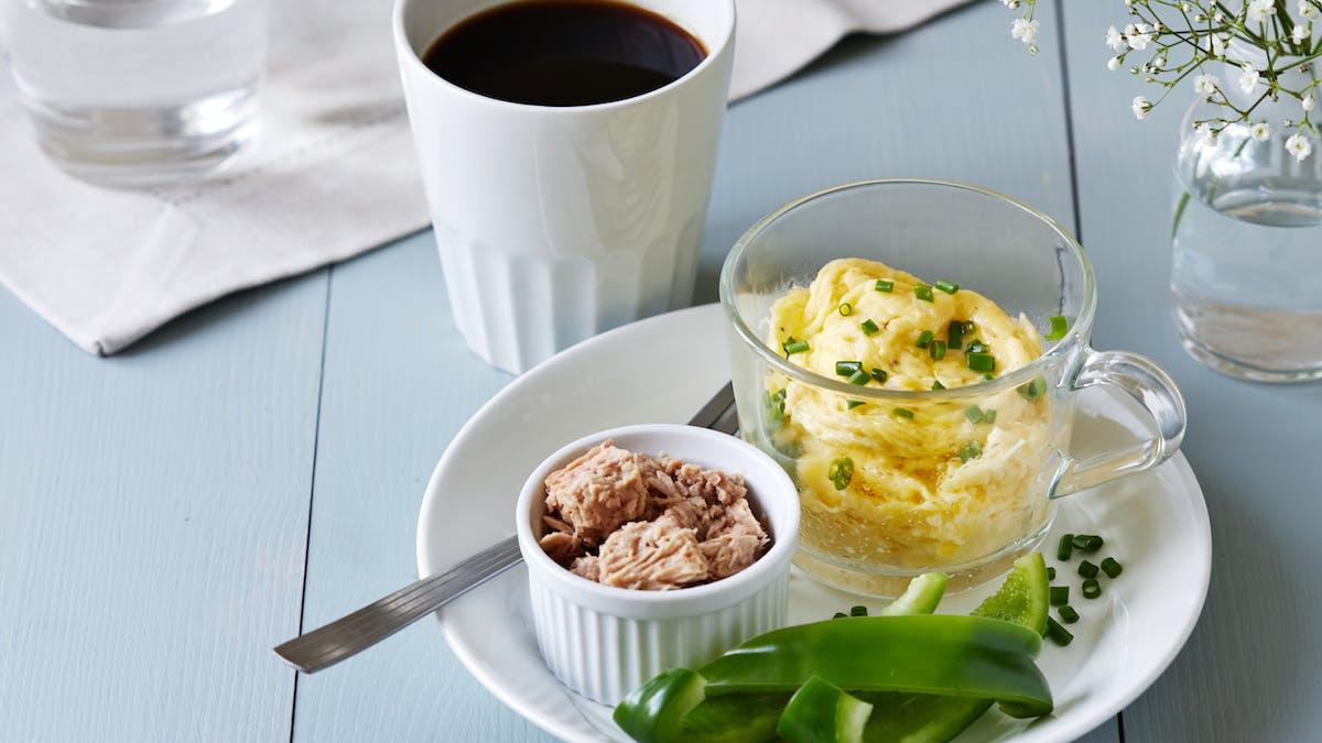 Huevos revueltos keto en una taza