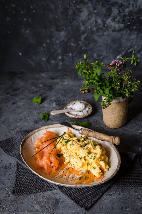 Salmón curado keto con huevos revueltos y cebollino