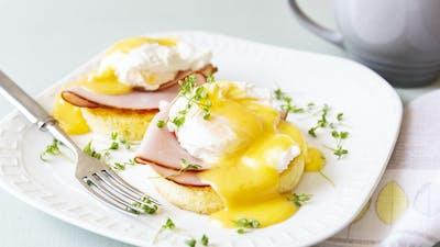 Huevos benedictinos keto con pan de taza