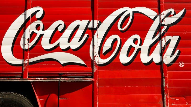 Echando Coca Cola