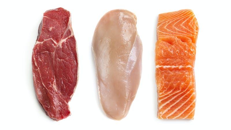 Carne, pollo y salmón crudos