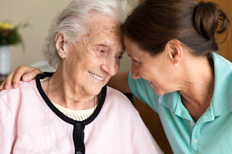 Cuidadora y mujer mayor