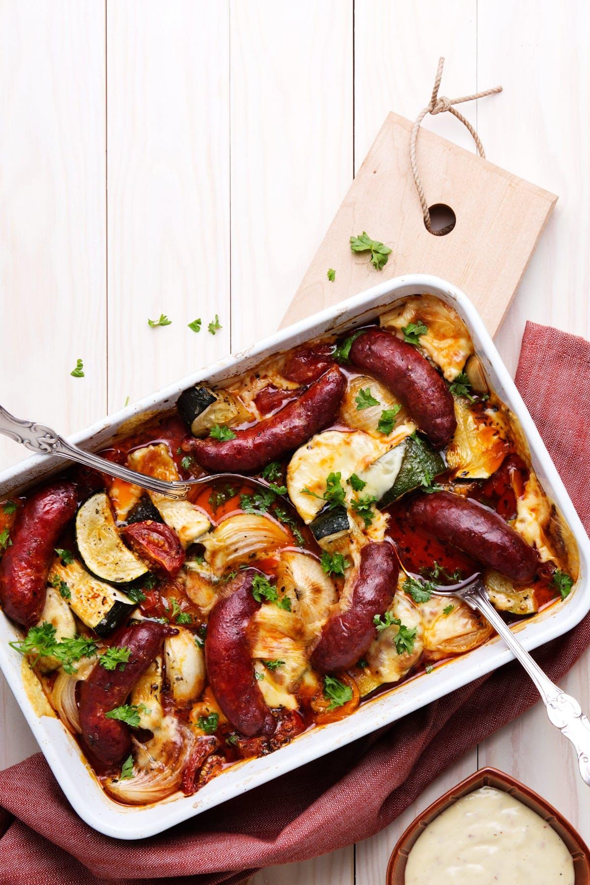 Salchichas al horno con verduras