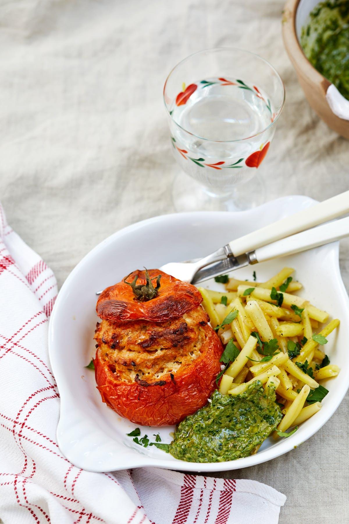 Tomates rellenos con salsa verde low carb