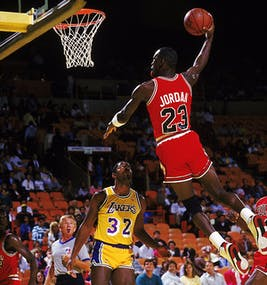 Michael Jordan machacando