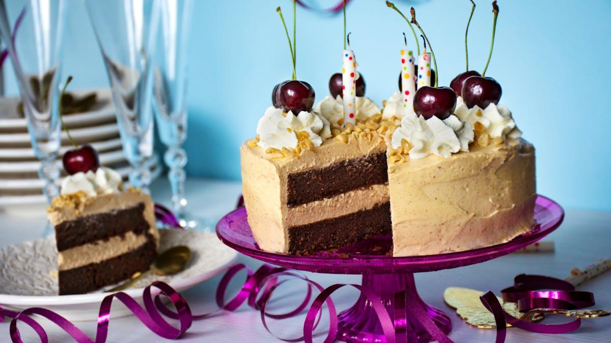 Pastel keto de chocolate con crema de mantequilla de maní