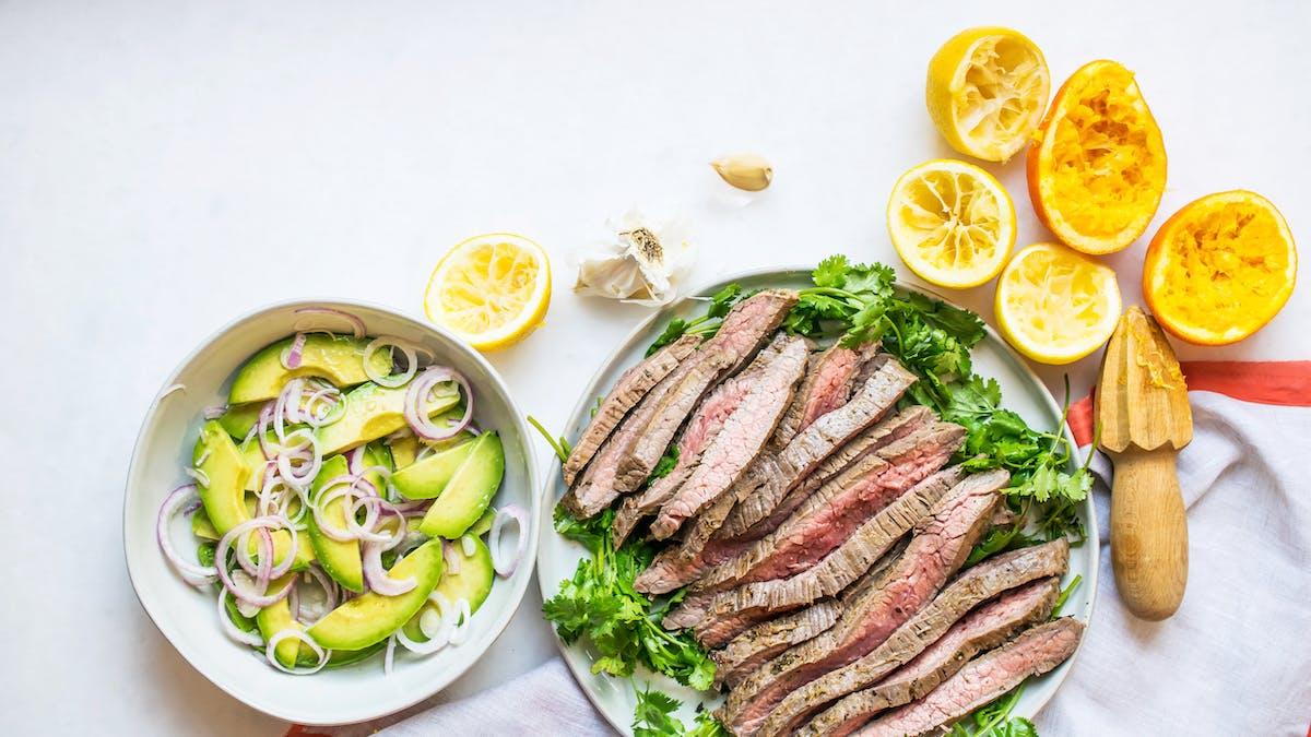 Carne asada con ensalada de aguacate