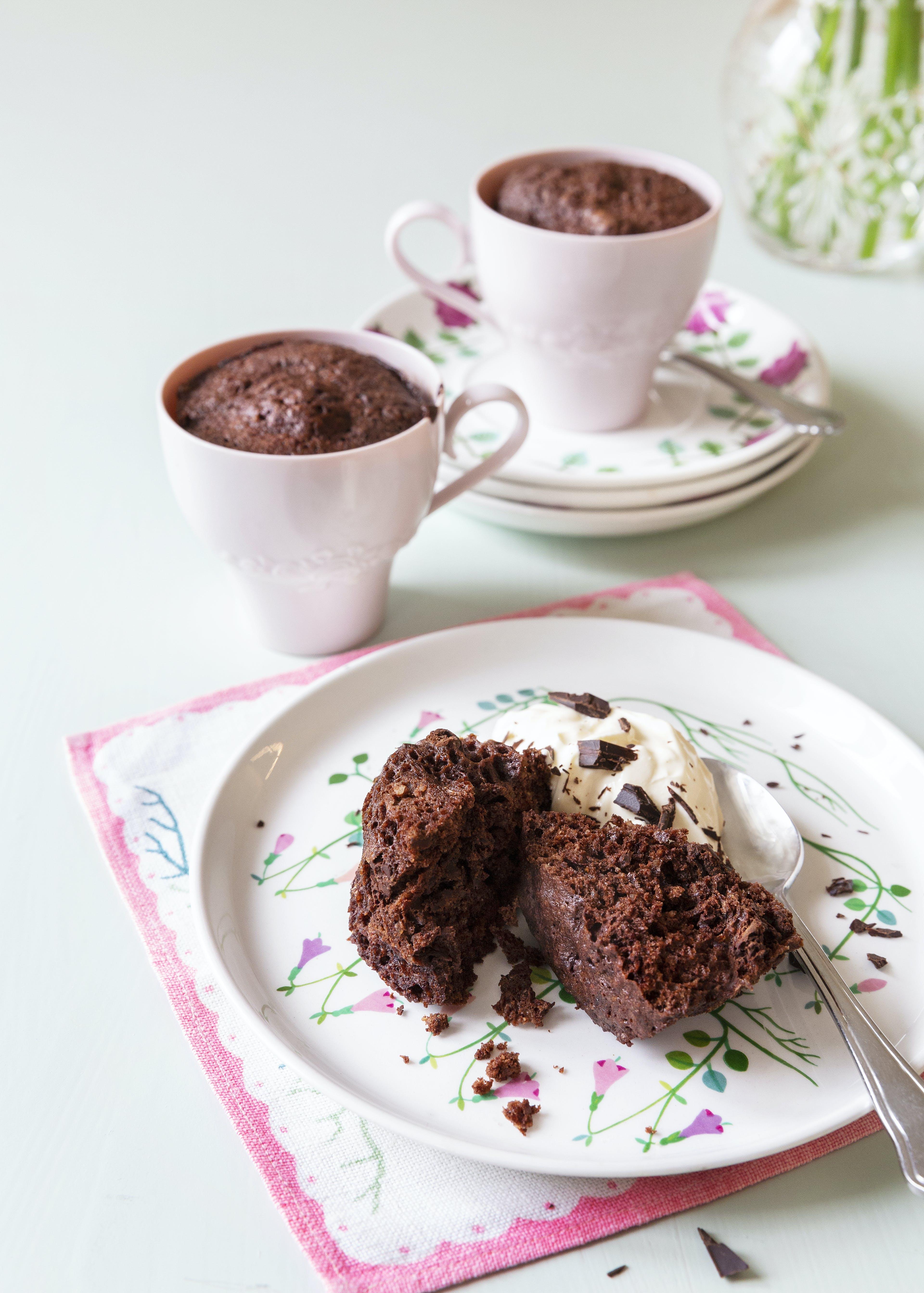 Muffin keto de chocolate en una taza