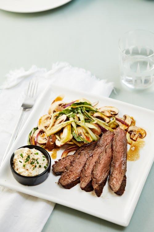 Bistec de falda low carb con ensalada de champiñones y mayonesa de sésamo