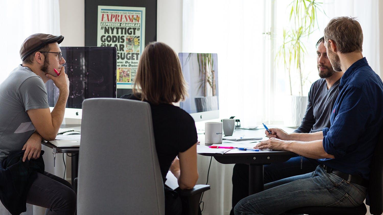 Gente trabajando en la oficina de Diet Doctor