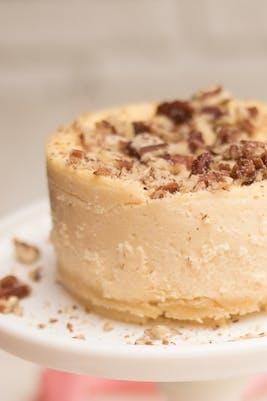 Pastel keto de queso con mantequilla y nueces pecanas