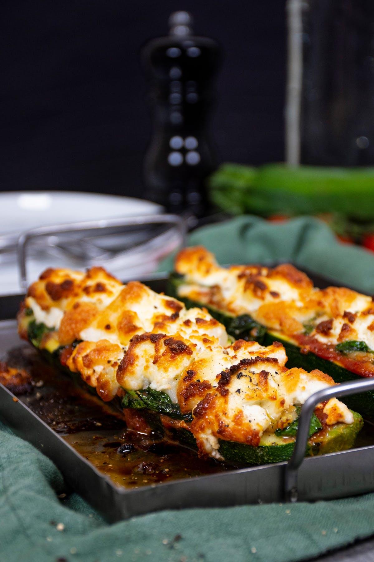 Barcas de pizza keto de calabacín con queso de cabra
