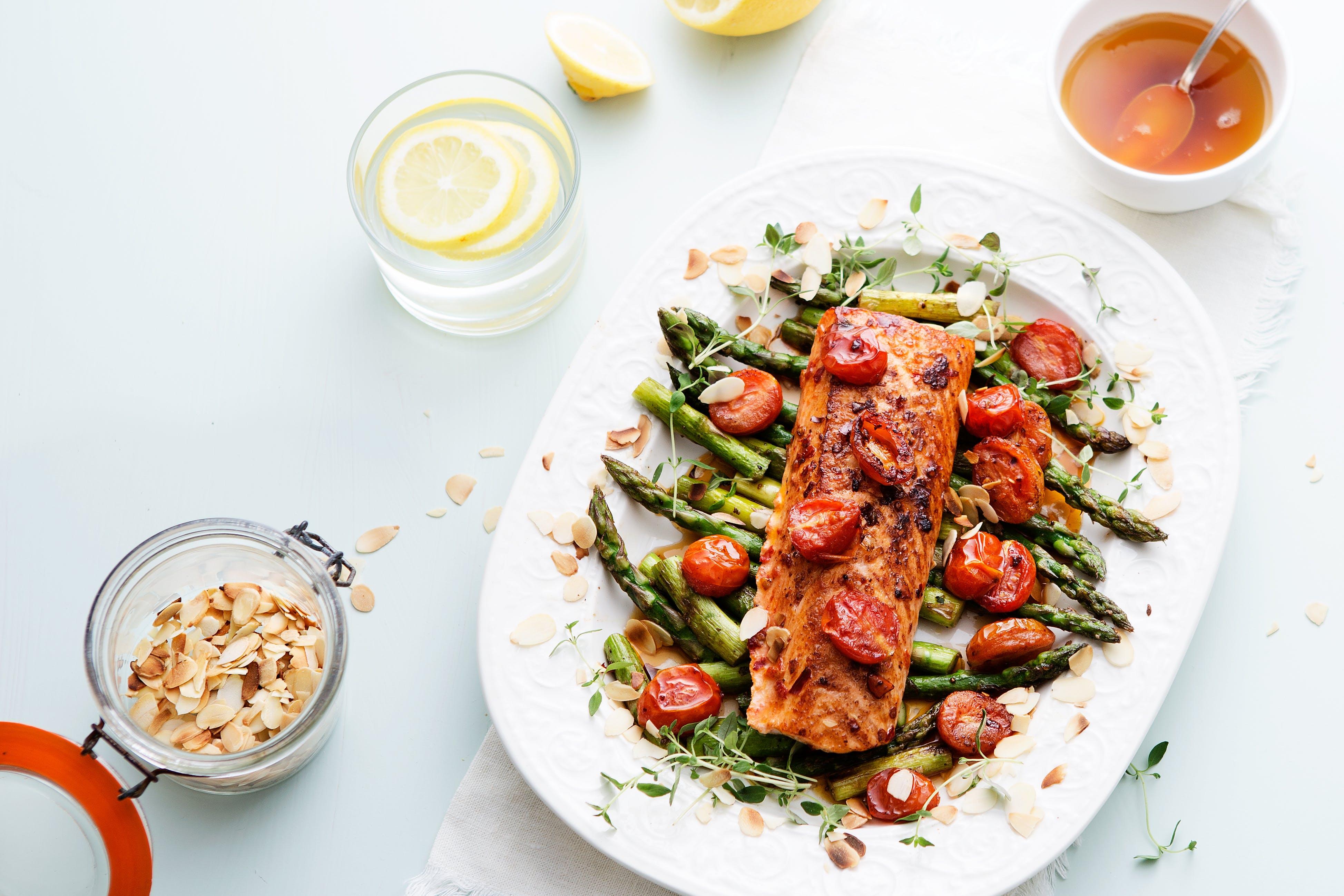 Salmón keto con ají, tomate y espárragos