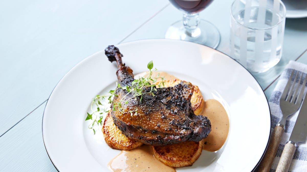 Confit de pato keto con colinabo asado y salsa balsámica