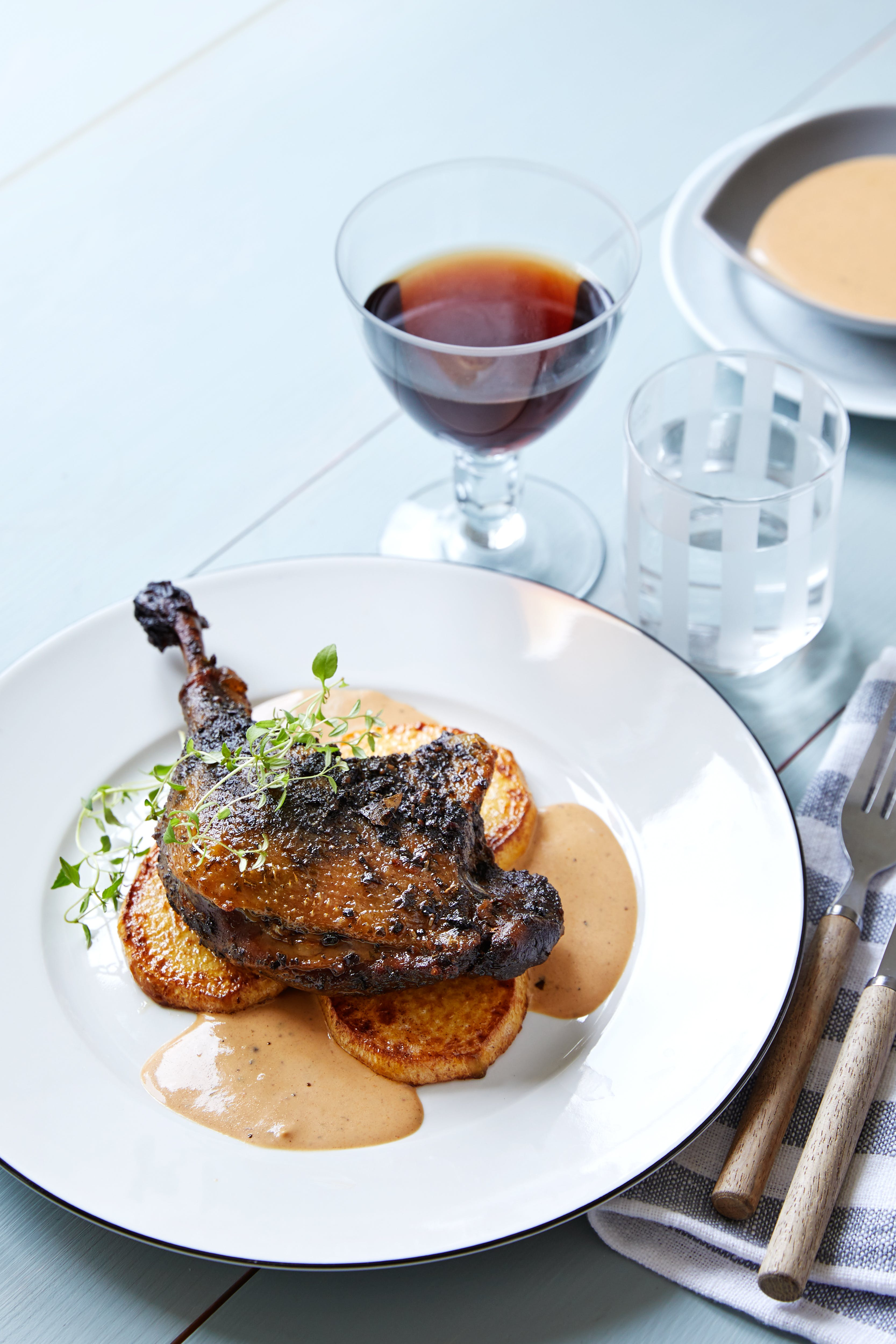 Confit de pato con colinabo asado y salsa balsámica