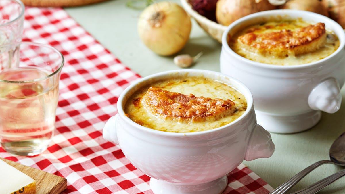 Sopa francesa de cebolla baja en carbos