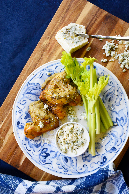 Alitas de pollo con aderezo de queso azul