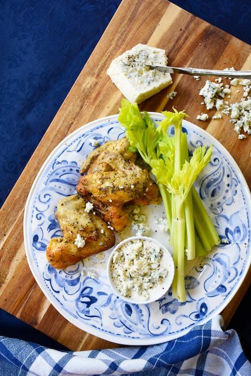 Alitas de pollo keto con aderezo de queso azul