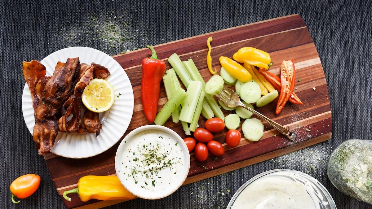 Aderezo ranchero low carb con panceta y verduras