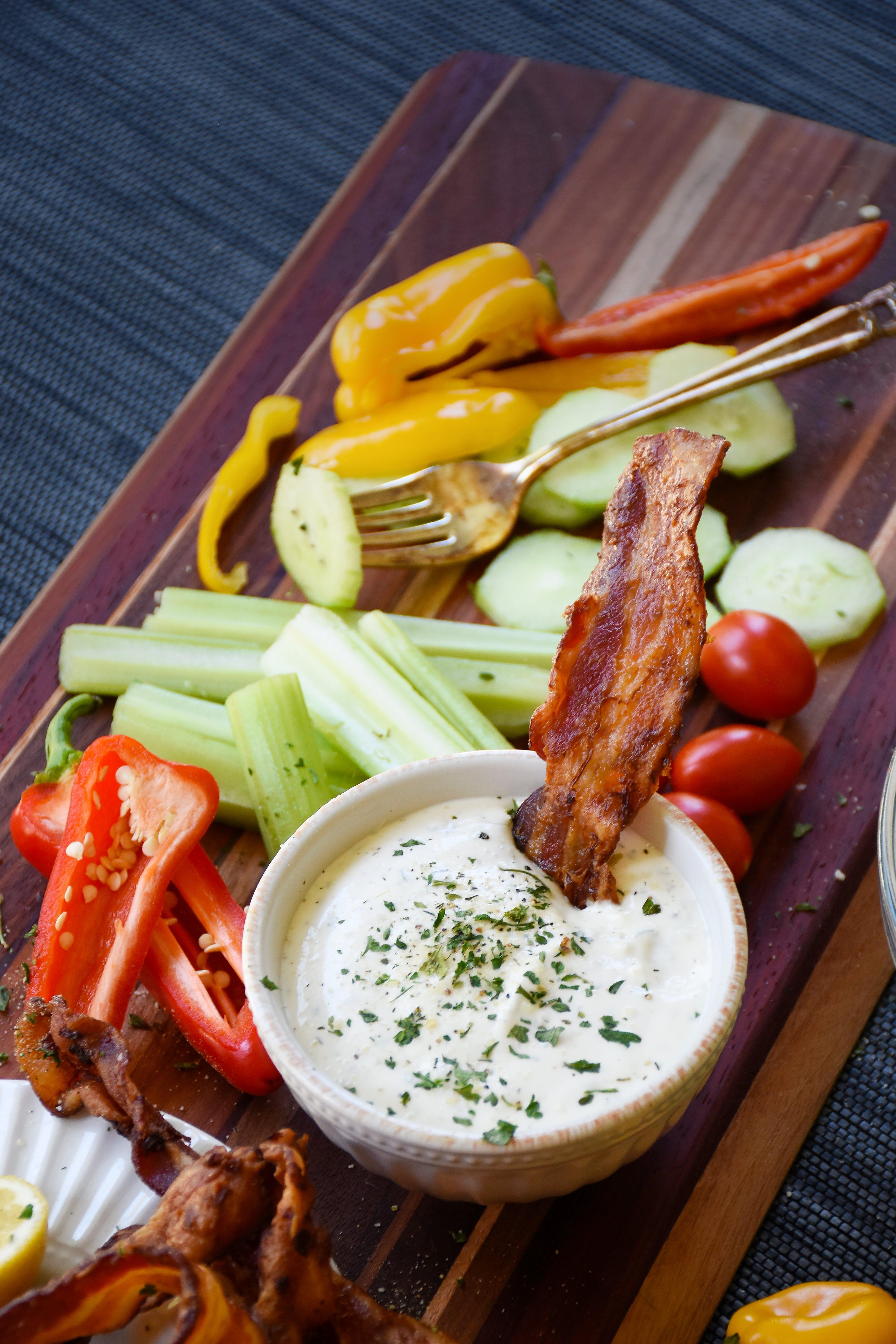 Aderezo ranchero bajo en carbos con tocino asado y verduras