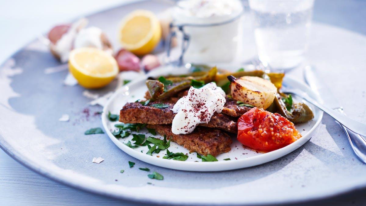 Shish kebab keto con crema de ajo y verduras asadas