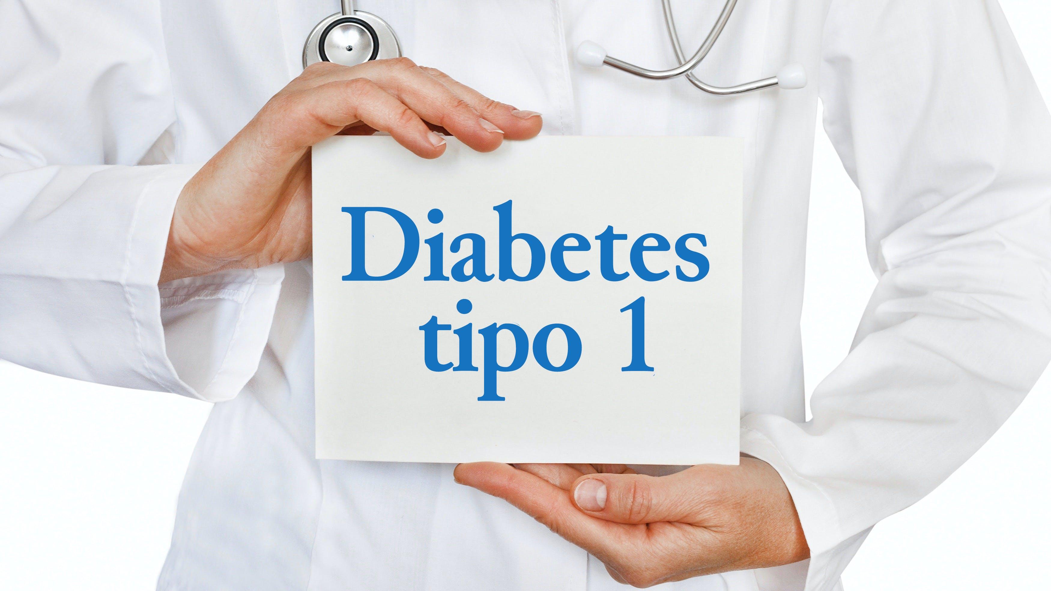 Doctor sosteniendo cartel de diabetes de tipo 1