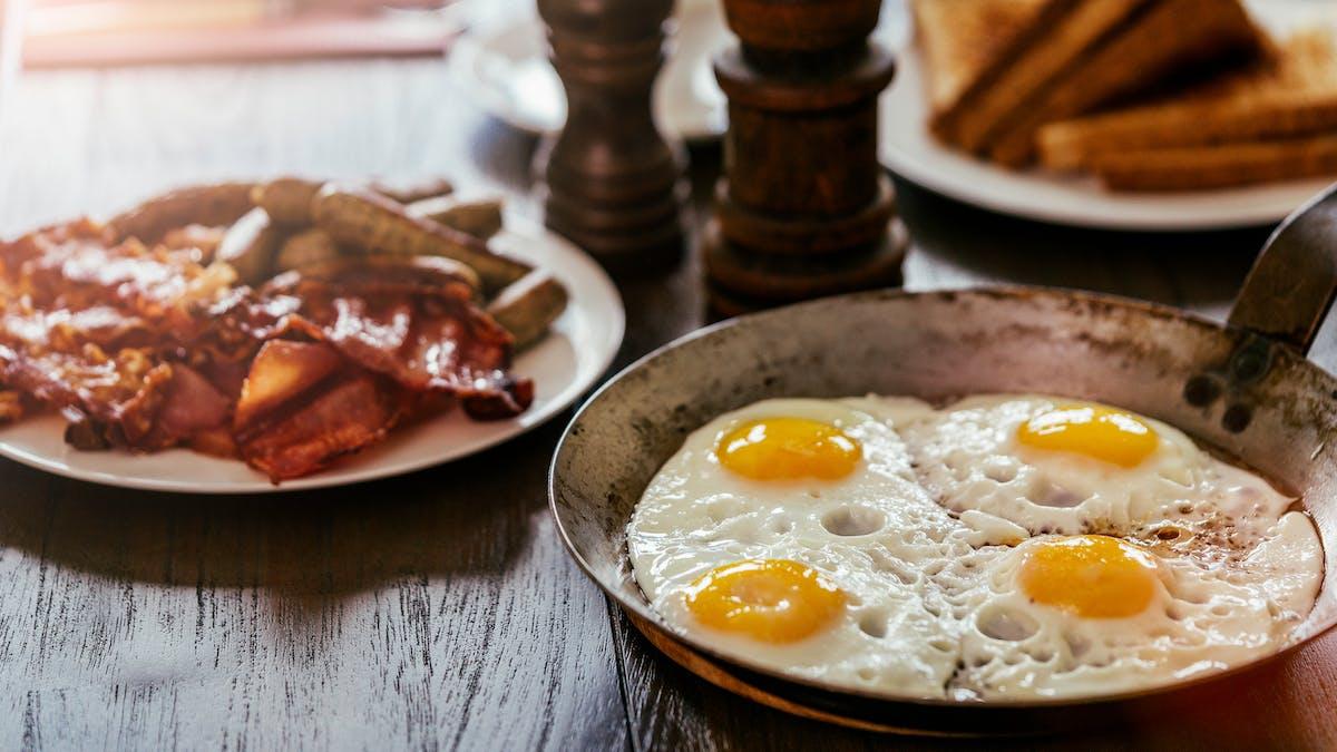 El colesterol y las dietas bajas en carbohidratos: la evidencia