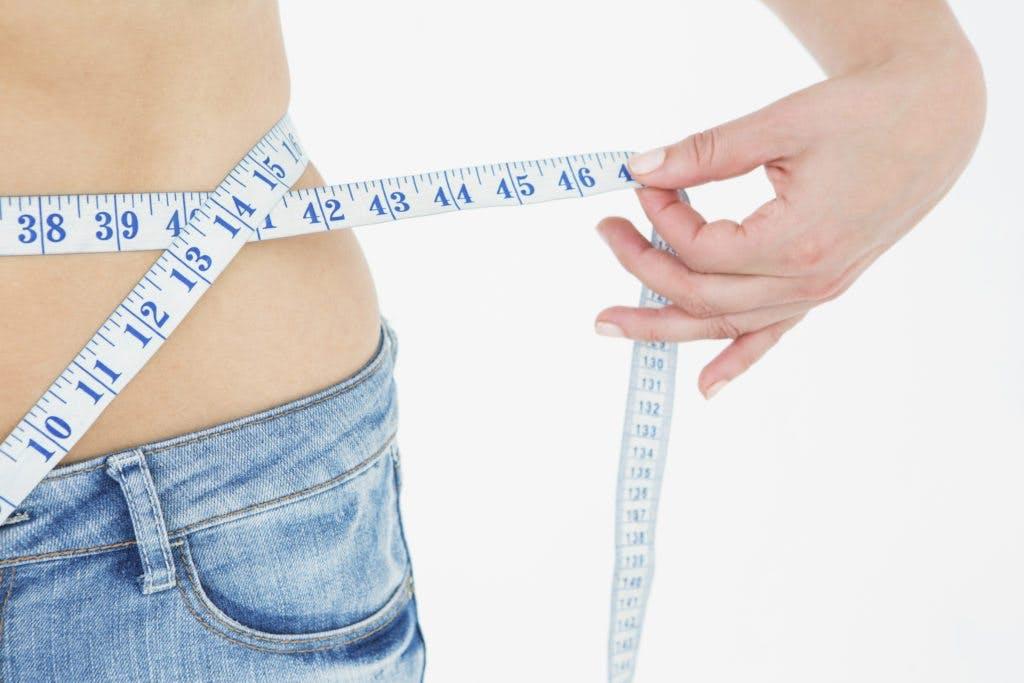 Cintq métrica midiendo cintura