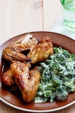 Alitas de pollo keto con brócoli cremoso