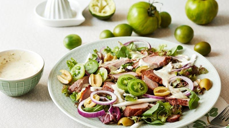 Ensalada de pavo low carb con aderezo de cilantro y lima verde