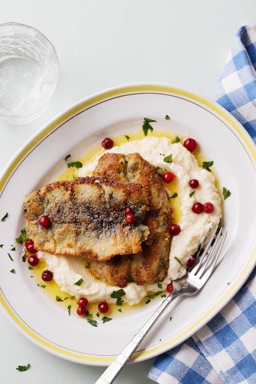 Plato keto de arenques fritos con puré de coliflor