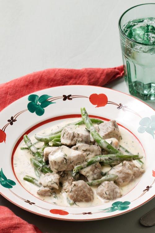 Estofado keto de cordero con salsa de eneldo y ejotes verdes